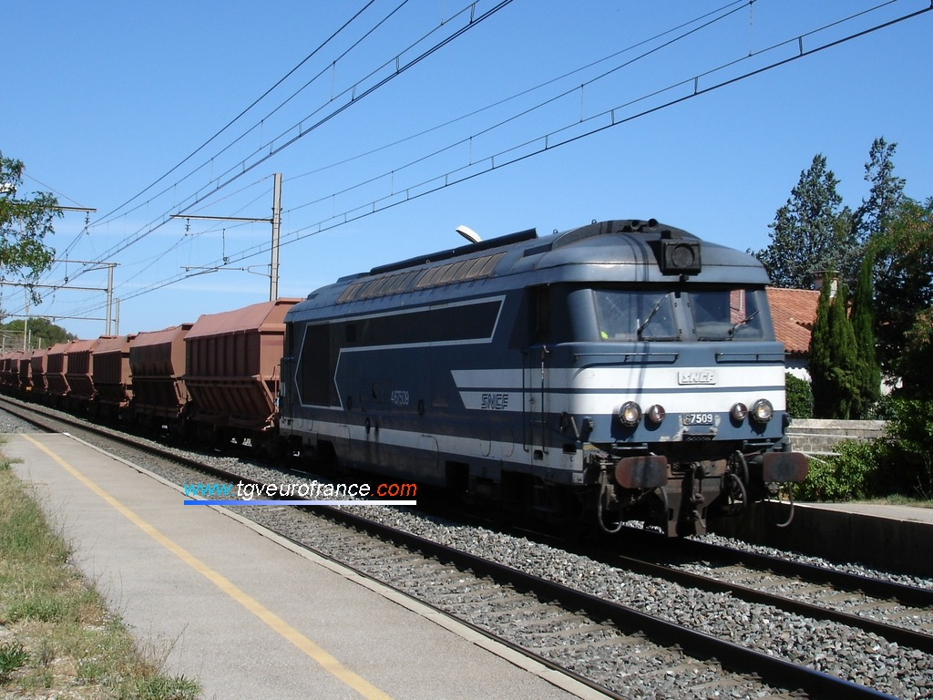 Un train fret emmené par la locomotive BB 67509 SNCF du dé:pôt de Nevers