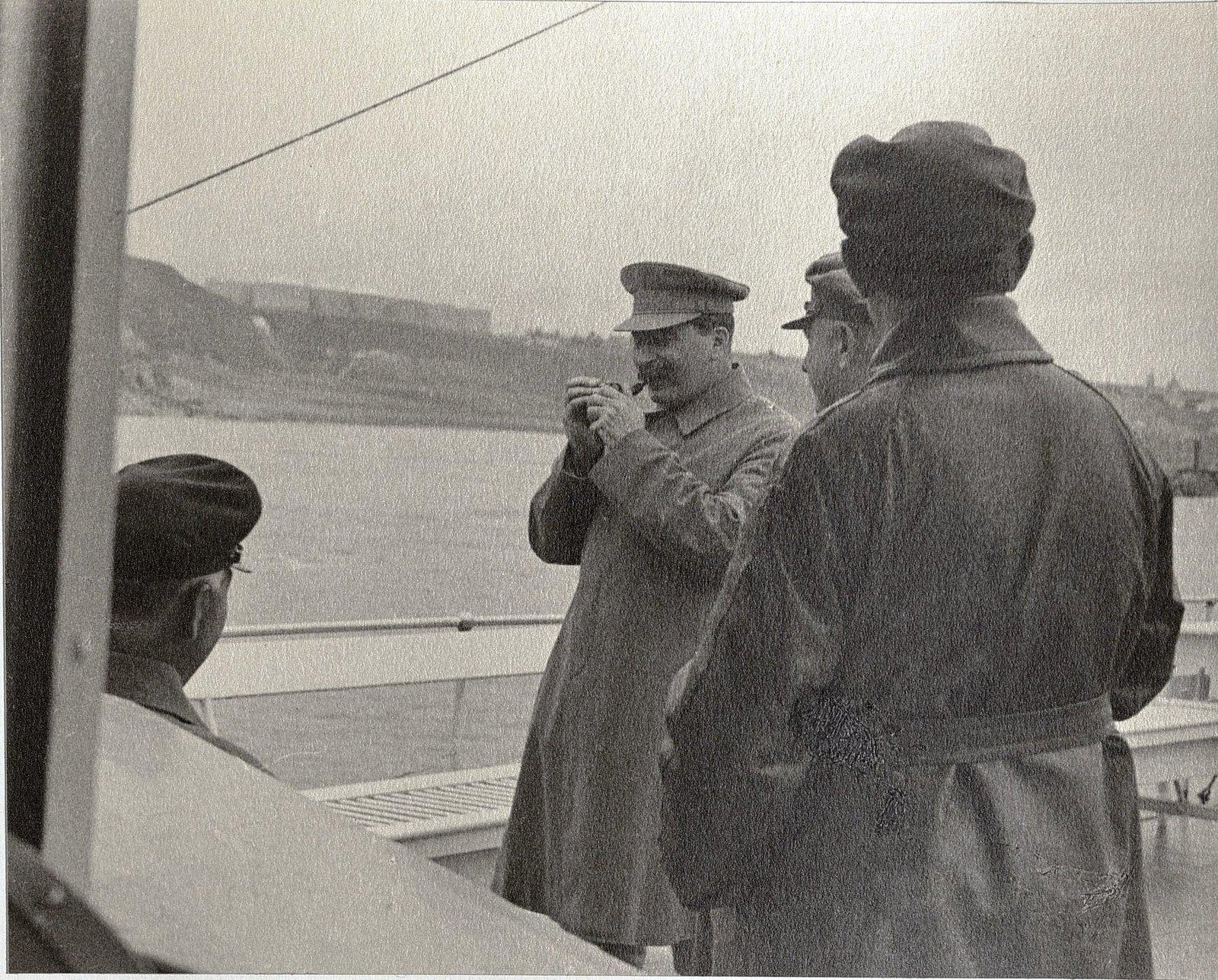 36.  И.В. Сталин, К.Е. Ворошилов, Н.С. Власик, К.В. Паукер. Август 1933