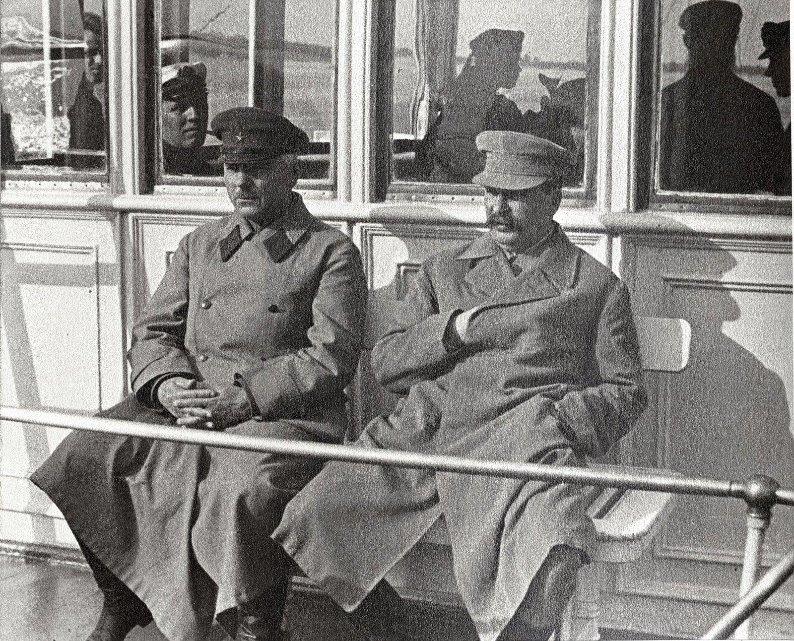 27. И.В. Сталин и К.Е. Ворошилов. Теплоход Клара Цеткин. На заднем плане команда теплохода. Август 1933