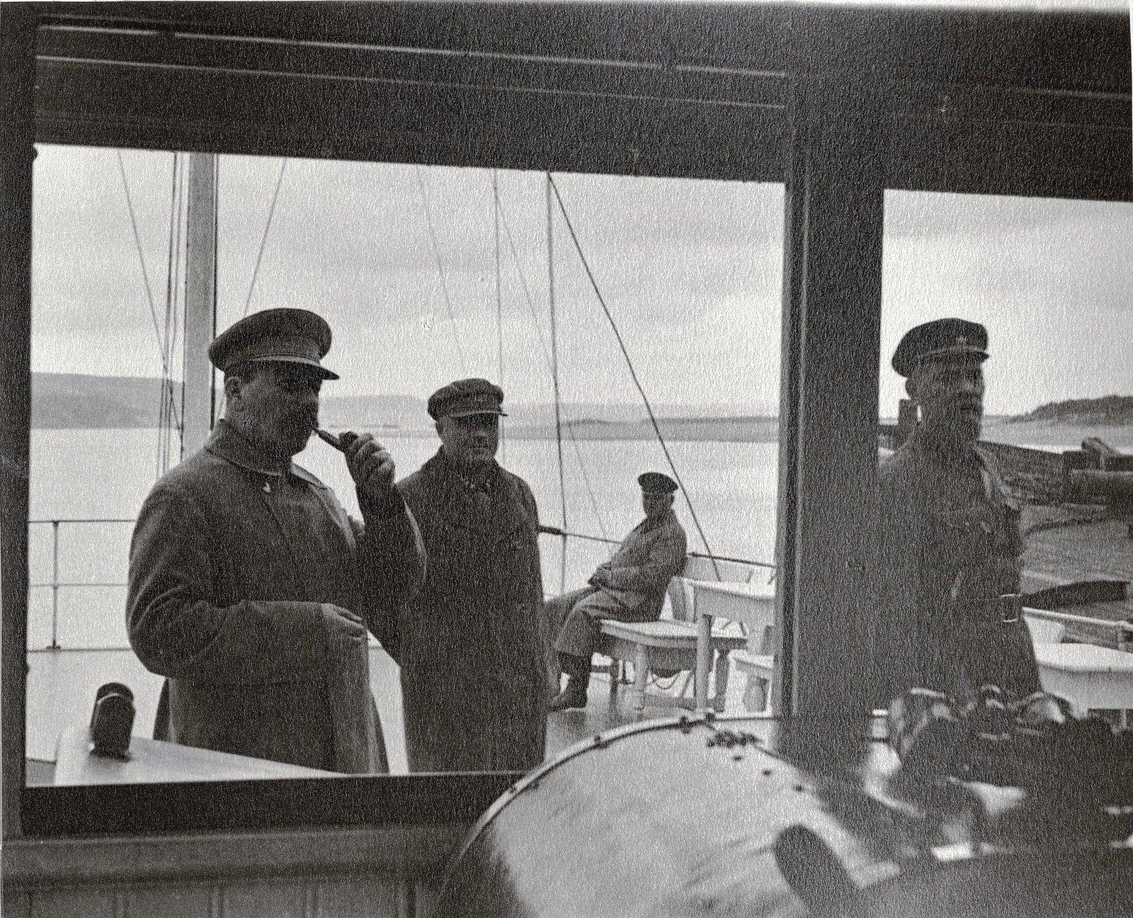 34. И.В. Сталин, К.Е. Ворошилов, Н.С. Власик, (). Теплоход Клара Цеткин. Август 1933
