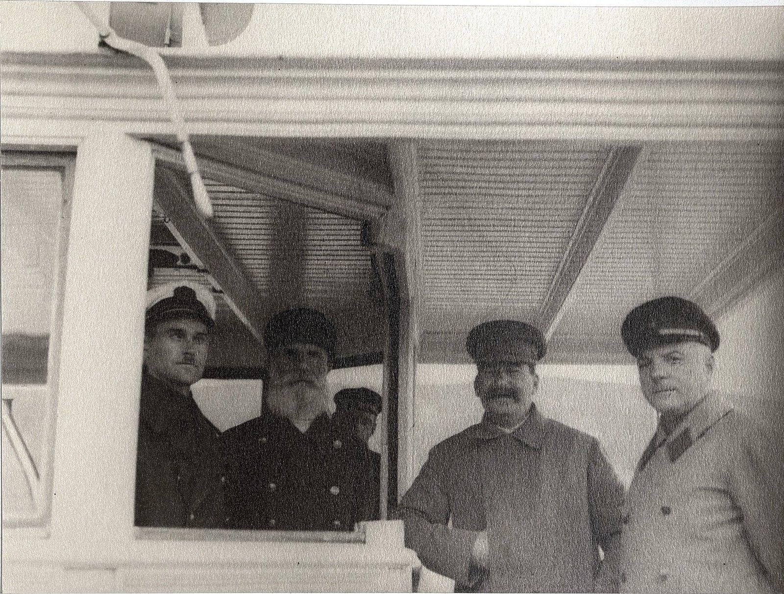 33. И.В. Сталин, К.Е. Ворошилов. Слева представители команды теплохода. Август 1933