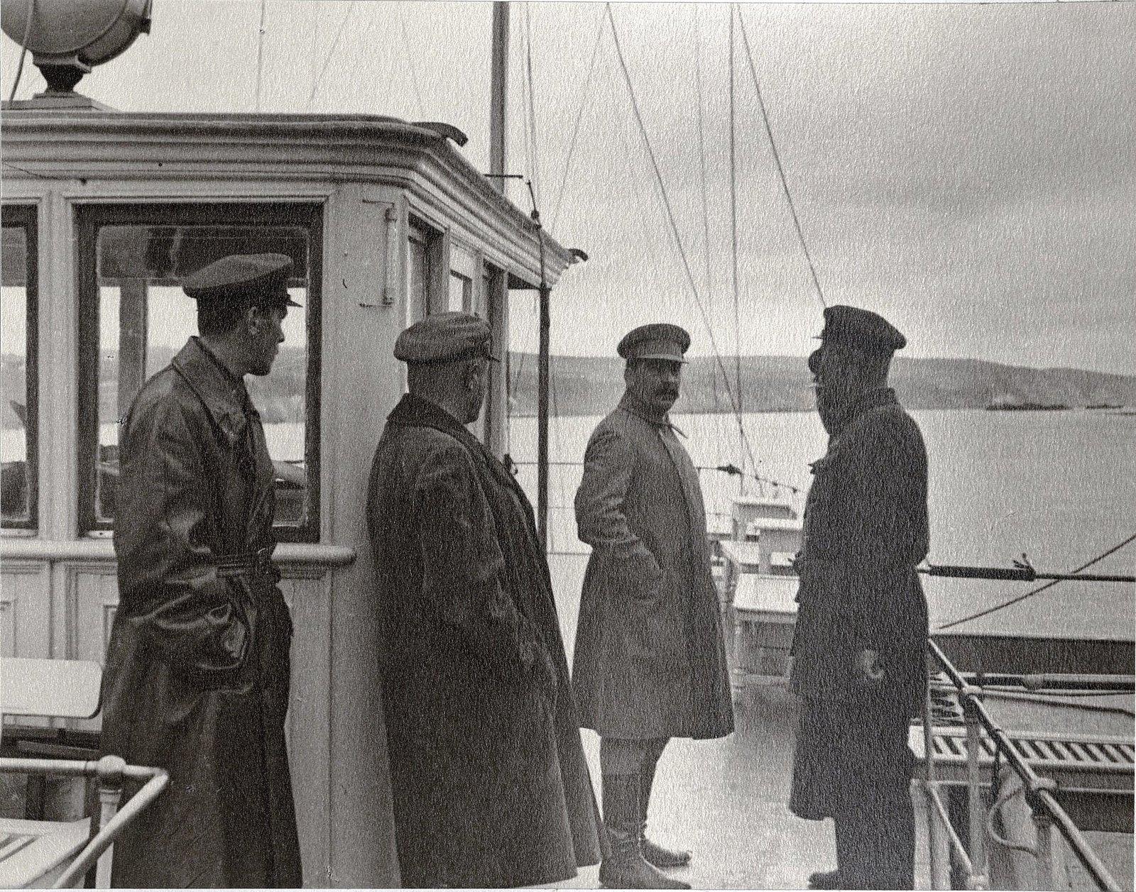 25. И.В. Сталин с сотрудниками охраны. Теплоход Клара Цеткин Август 1933