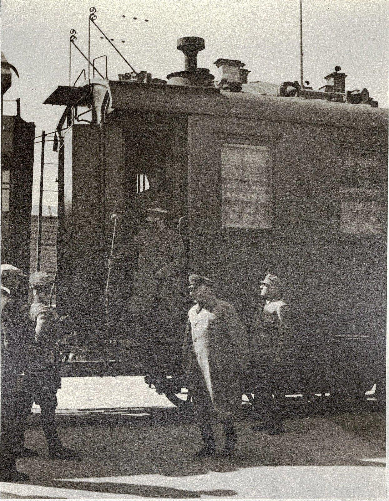 18 августа 1933 года у Сталина начался очередной отпуск, который он решил использовать и для ознакомительной поездки по стране. Из Москвы Сталин выехал поездом особой нормы в Нижний Новгород. Перед выездом на вокзале. Август 1933