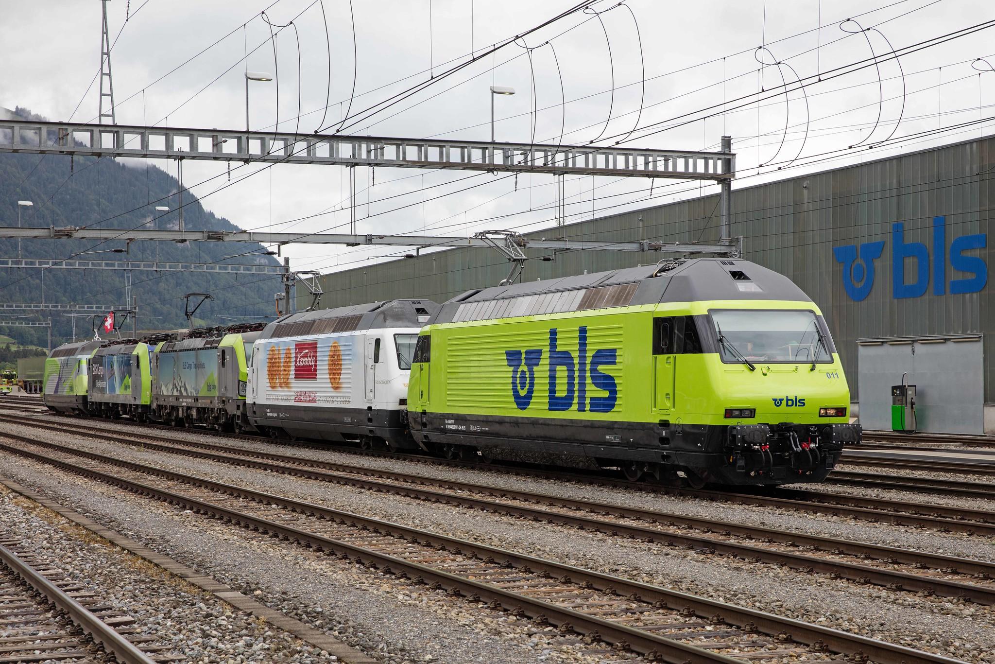 Re 465 011, Re 465 004, Re 475 408, Re 485 011 und Re 465 001 bei der Mittagspause in Frutigen