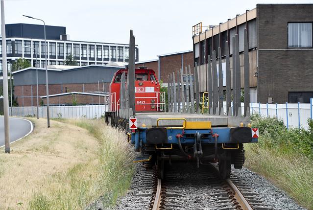 Rongenwagons door DBC 6421 langs de Lindtsedijk in Zwijndrecht