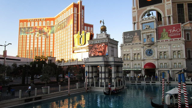 Nevada - Las Vegas: The VENETIAN - the Casino built in Venetian style on the Strip surrounded by other points of interest