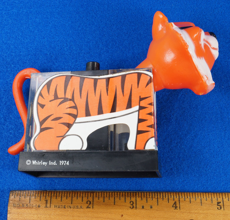 RD27522 1974 WHIRLEY Esso MOBIL EXXON TIGER Mechanical SALT & PEPPER Shaker Shakers DSC07222