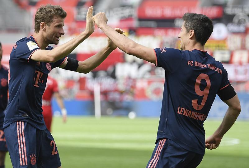 Robert Lewandowski(右)的進球讓Thomas Muller(左)刷新德甲單季助攻紀錄。(達志影像)