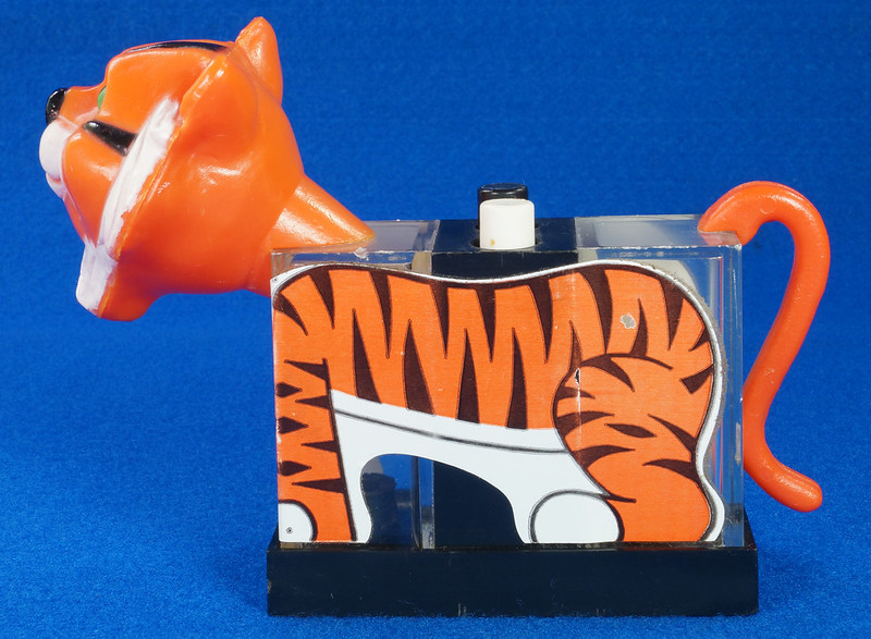 RD27522 1974 WHIRLEY Esso MOBIL EXXON TIGER Mechanical SALT & PEPPER Shaker Shakers DSC07226