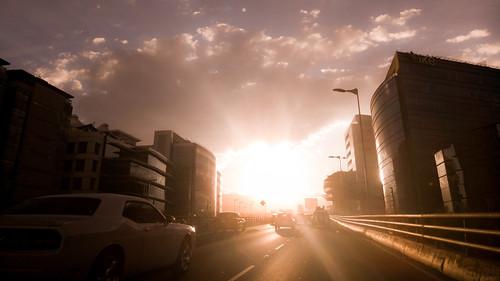 Imagen de una puesta de sol en la ciudad que evoca el concepto de la convivencia de lo moderno y antiguo