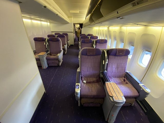 Thai Airways Royal First - BKK-HKT - Section Business Class derrière la First