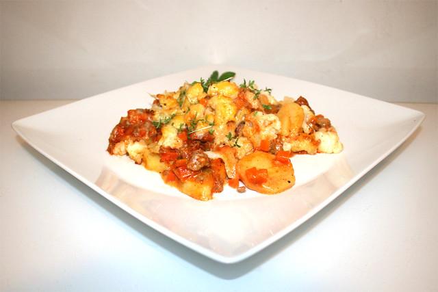 53 - Hearty Cauliflower meat casserole - Side view / Deftiger Blumenkohl-Hack-Auflauf - Seitenansicht