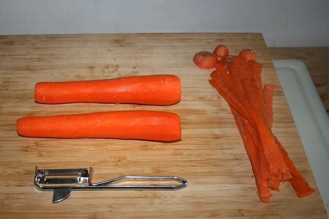 05 - Möhren schälen / Peel carrots