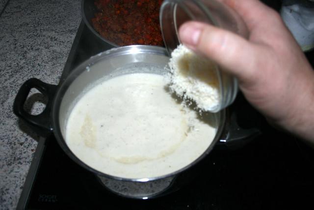 38 - Parmesan in Sauce geben / Put parmesan in sauce