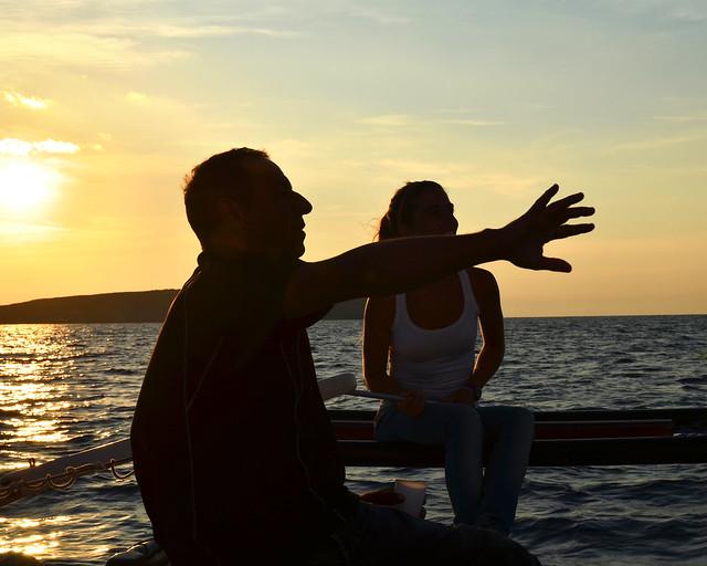 Atardecer en catamarán por las calas de Menorca