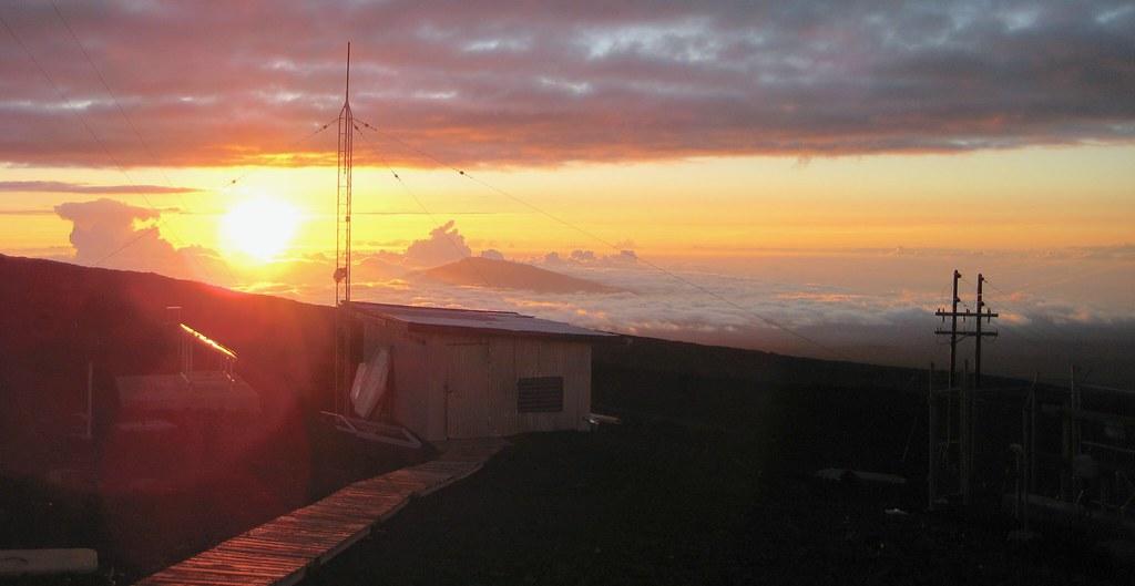 夏威夷毛納基山天文台。圖片來源:LTCDR Eric Johnson, NOAA Corps.