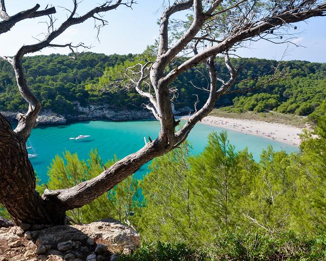 Cala Mitjana de Menorca, uno de los lugares más importantes que ver en Menorca