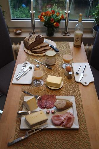 Frühstück nach Marktbesuch am Samstagmorgen (Tischbild)