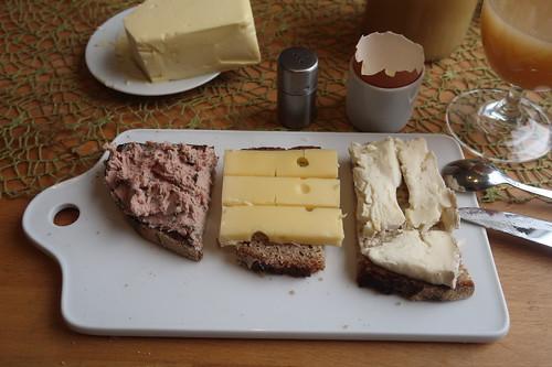 Schnittlauchleberwurst, Deichgraf-Käse und Coeur de Pailie auf Majannebrot