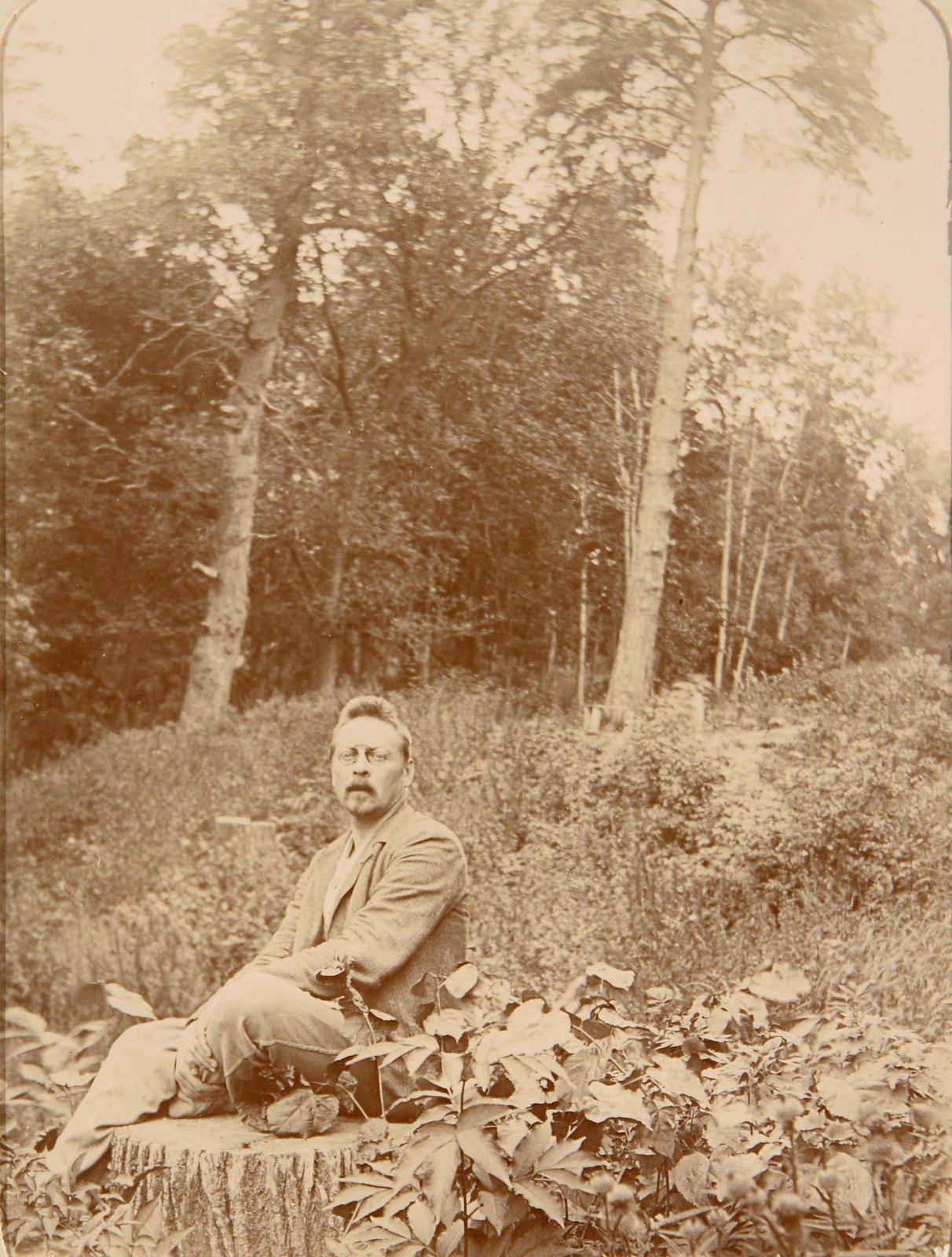 21. Мужчина сидит на пне