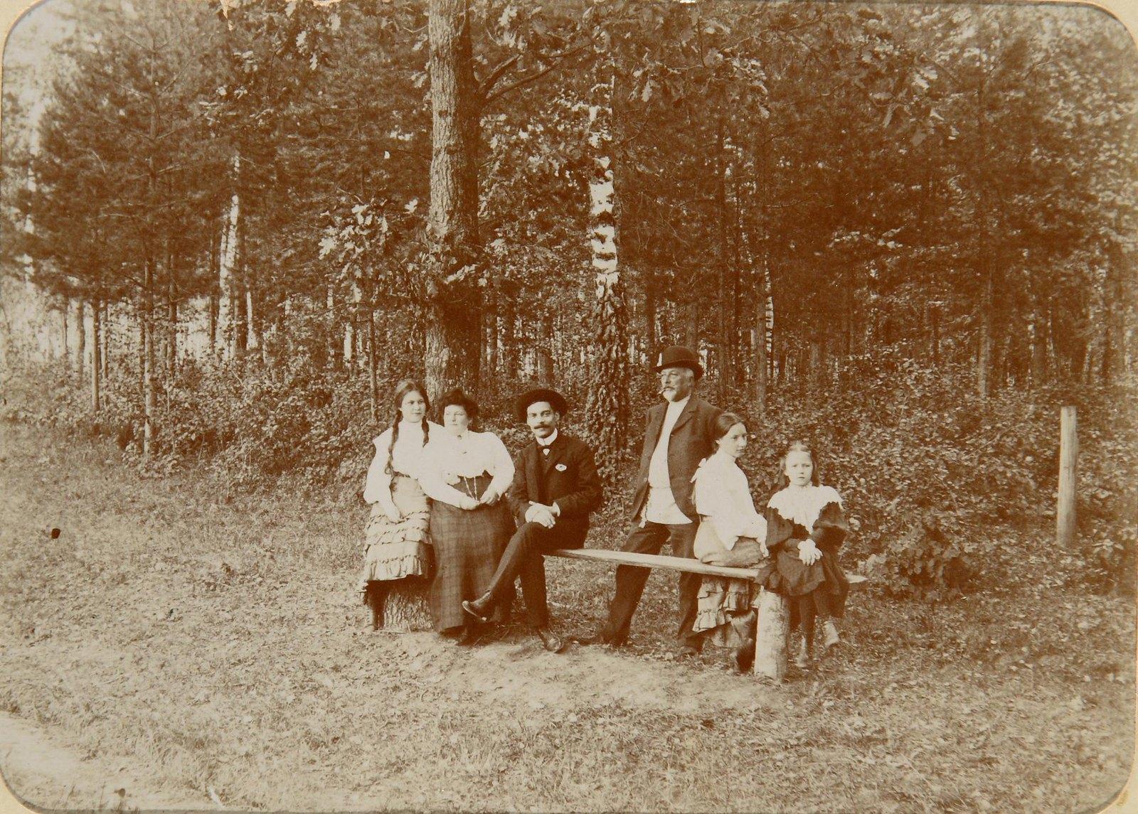 07. Групповой снимок на скамейке в парке