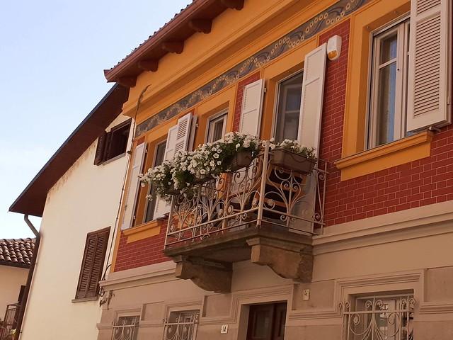 Balcone fiorito a Rivalta di Torino. Italia