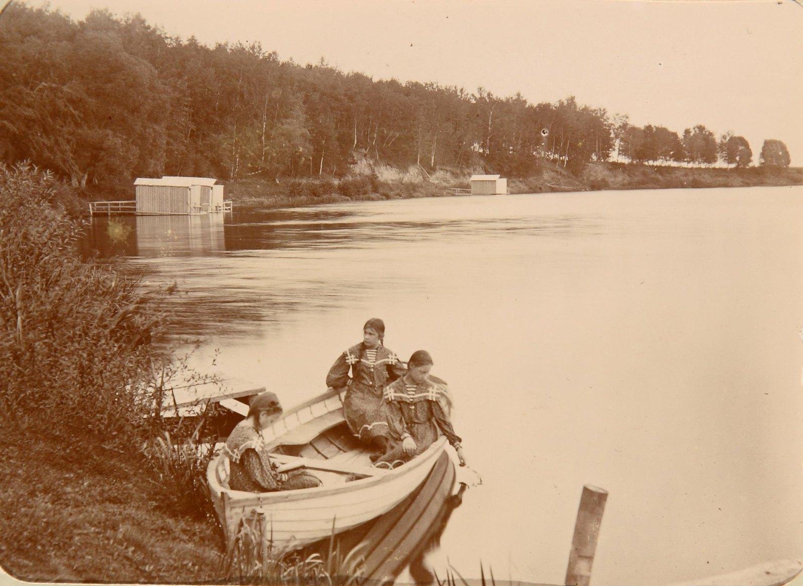 09. Три девушки в лодке на берегу реки Пахры