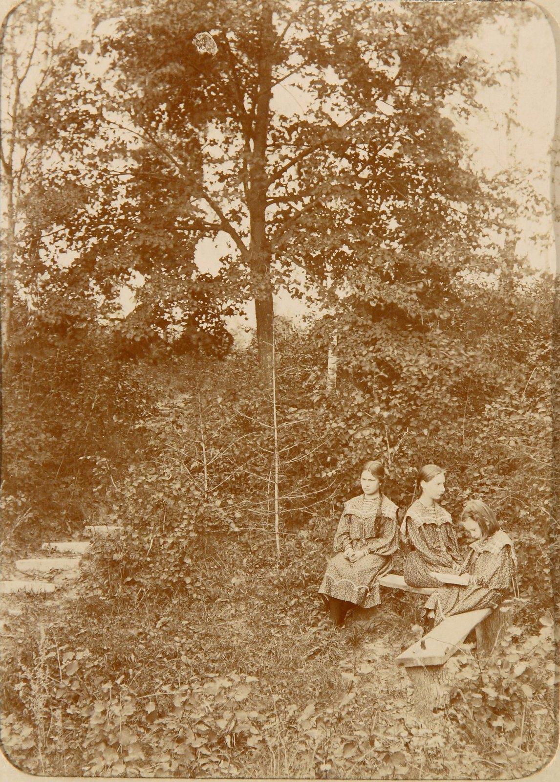 04. Три девочки на скамейке в парке