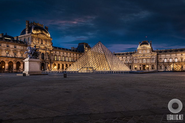 Pyramide du Louvre / Paris / France