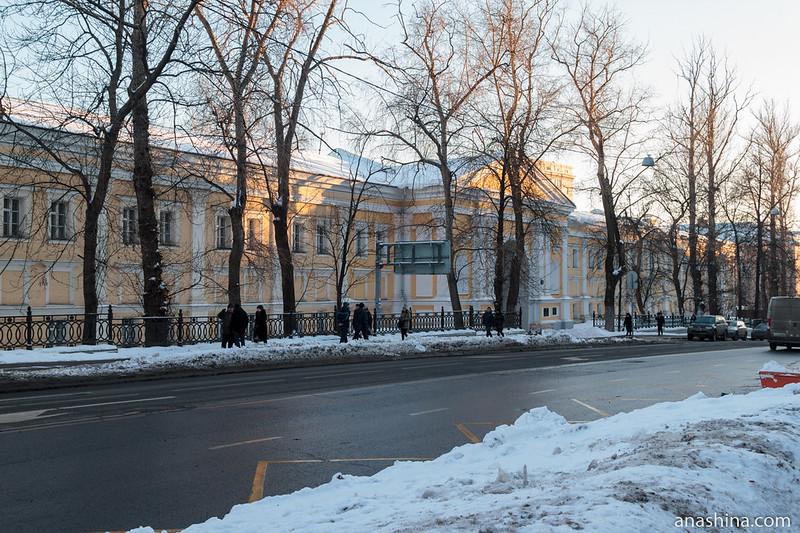 Фасад Лефортовского дворца со стороны 2-й Бауманской улицы