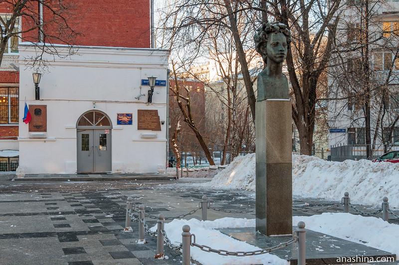 Школьное здание и бюст Пушкина (Бауманская ул., 40)