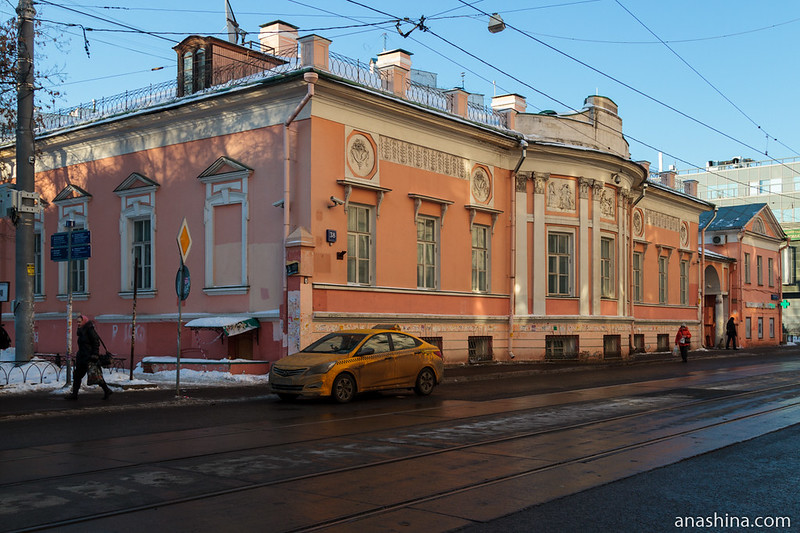 Главный дом усадьбы Карабановых XVIII века (Бауманская ул., 36 строение 2)