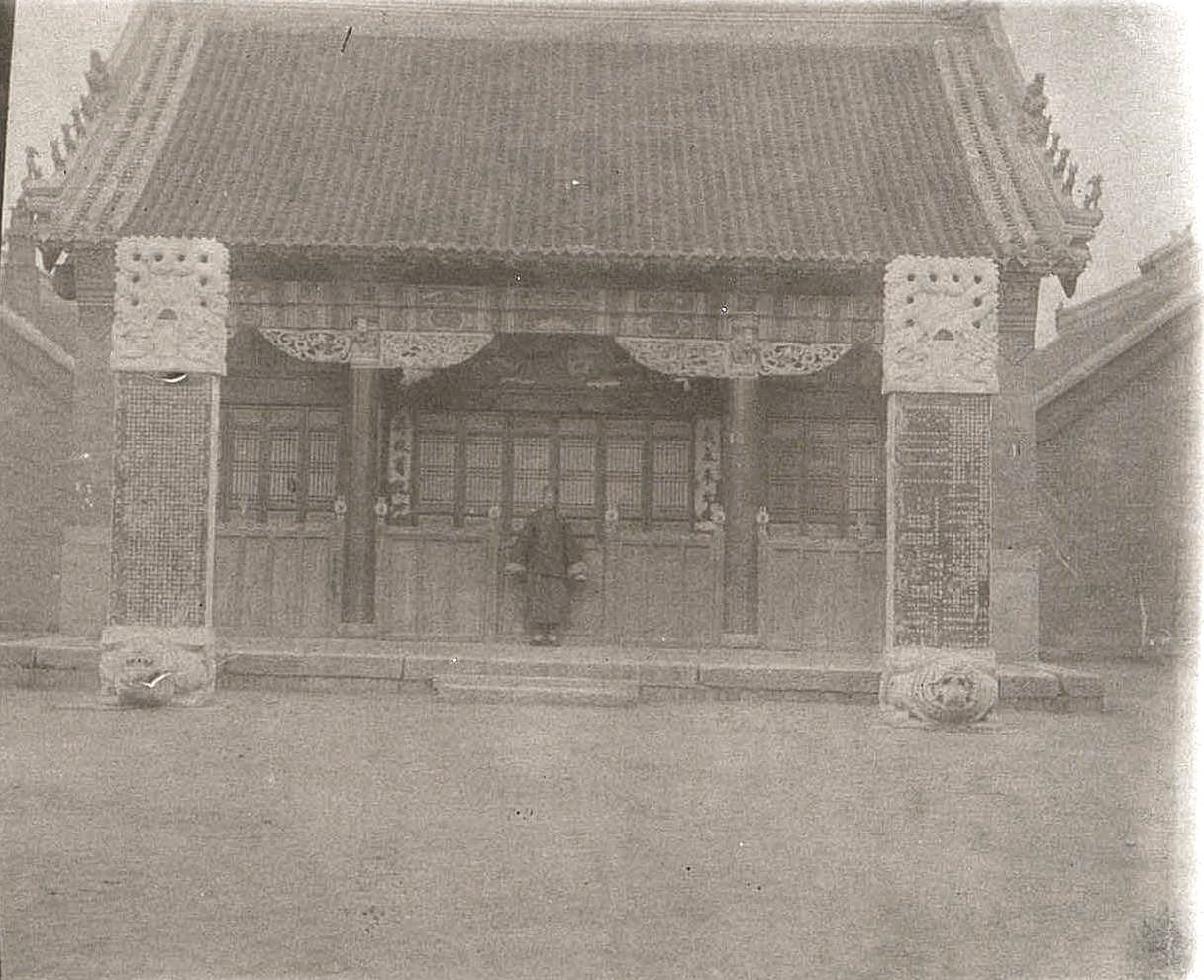34. «Одна из кумирен города Гирина». Ноябрь 1900