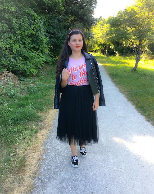 Look jupe tutu noire, t-shirt rose et perfecto