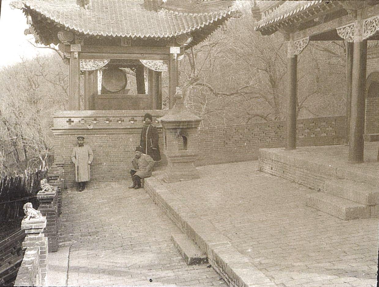 42. «Кумирня священного озера. Одна из террас». Ноябрь 1900