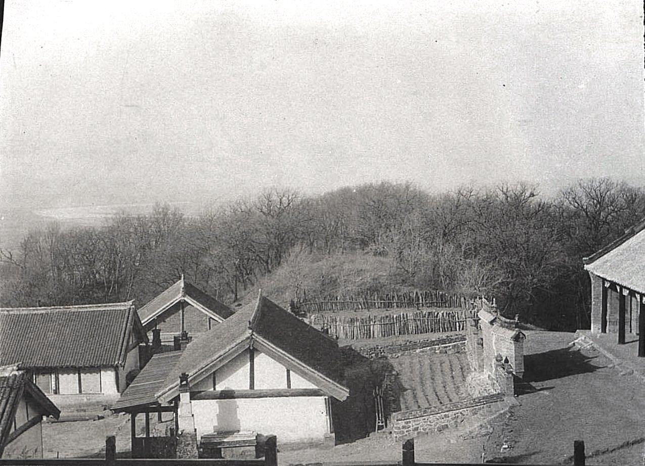 40. «Кумирня священного озера в окрестностях Гирина. Вдали виднеется река Сунгари». Ноябрь 1900