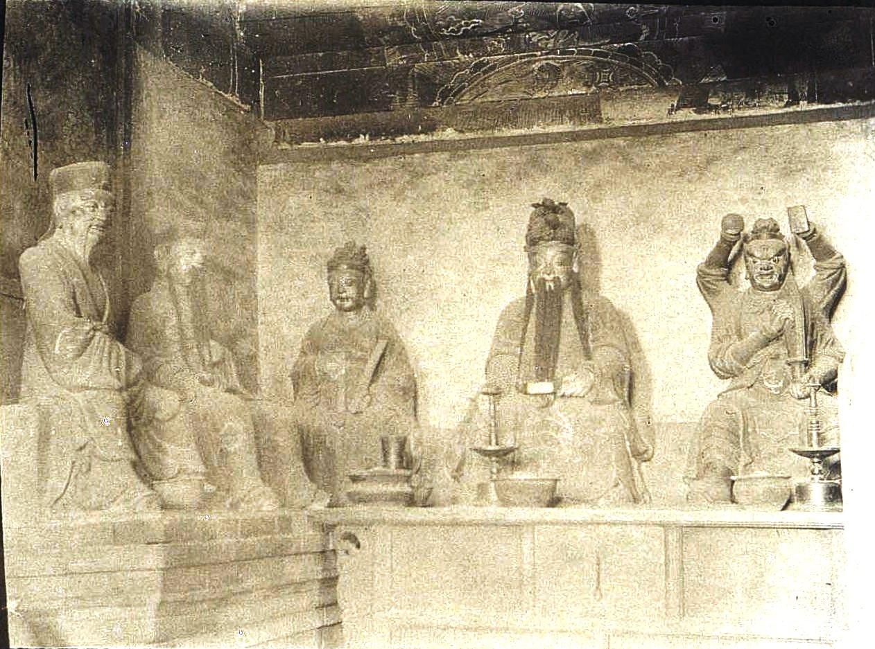 35. «Внутренность кумирни. Боги». Ноябрь 1900
