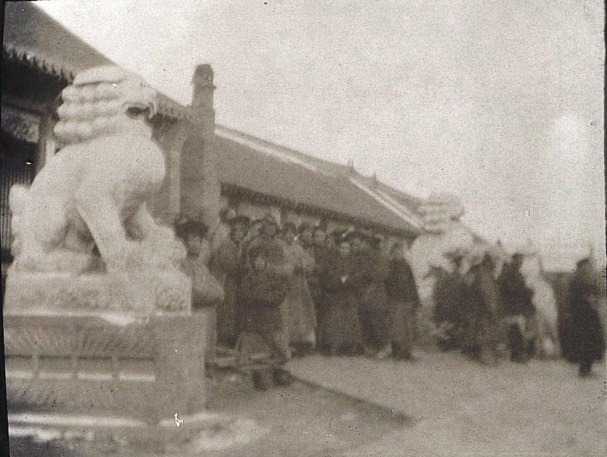 32. Во дворе дворца дзянь-дзюня (губернатора) города Гирина. Вход во дворец. Ноябрь 1900