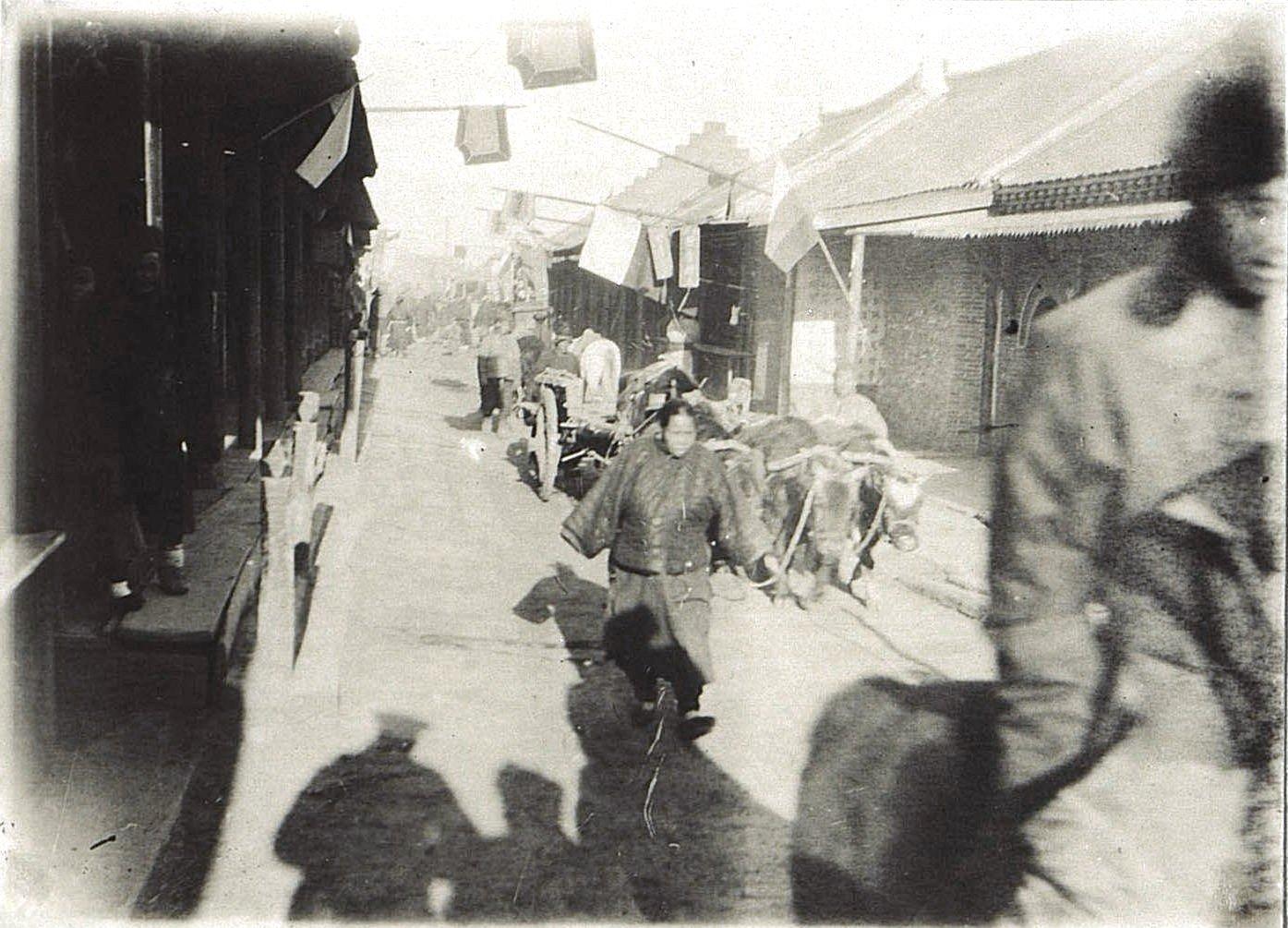 28. На главной улице города Гирина. Ноябрь 1900
