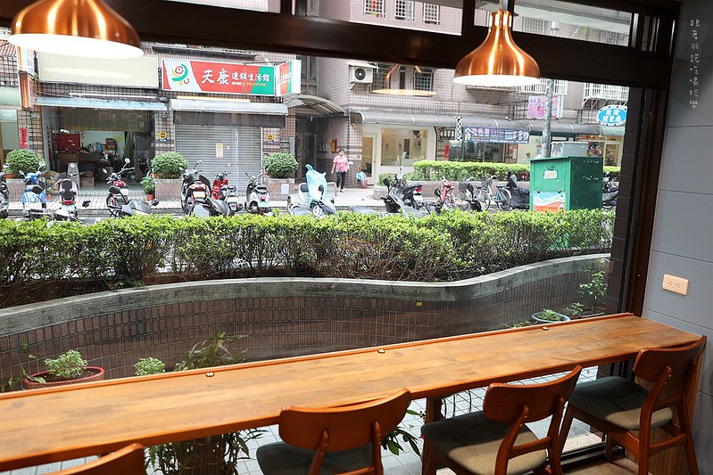 禾豐咖啡館新莊捷運站不限時插座無線網路021
