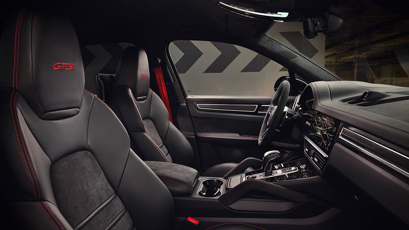 2021-Porsche-Cayenne-GTS-10