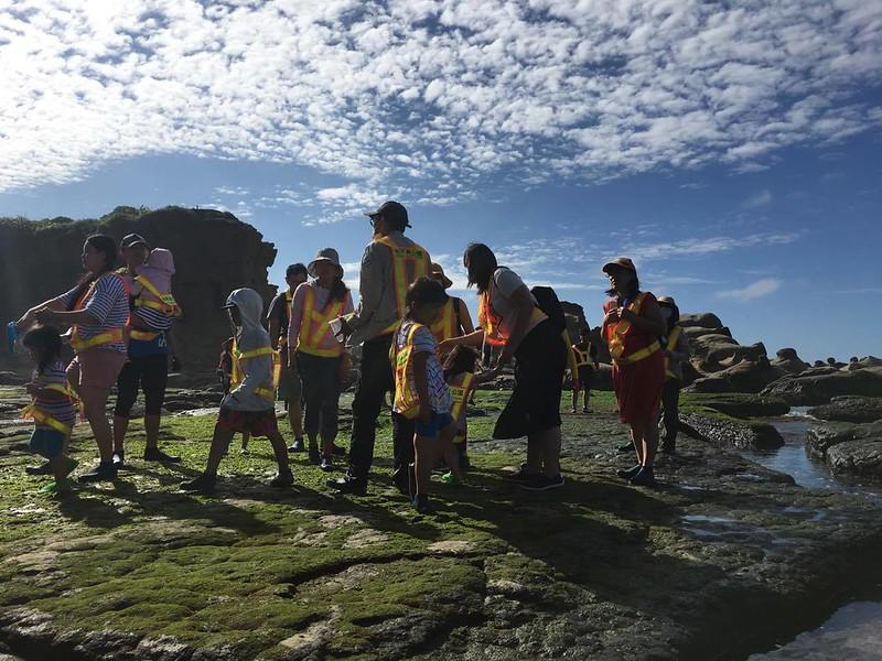 藍天白雲搭配抹茶色石頭的美麗潮間帶。圖/慢島旅提供