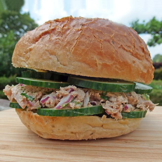 Broodje zelfgemaakte tonijnsalade
