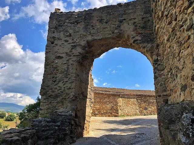 Puerta abierta en la muralla de Buitrago del Lozoya