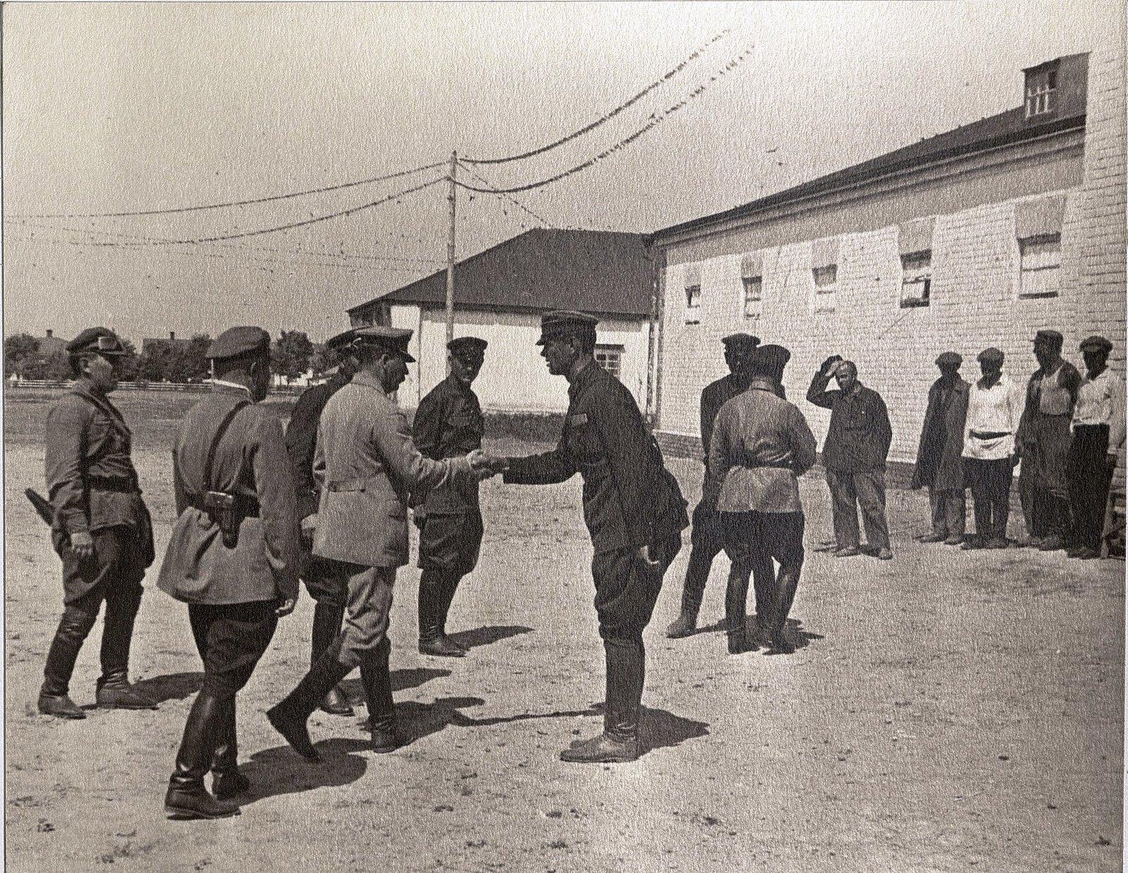 64. И.В. Сталин, К.Е. Ворошилов, С.М. Буденный с сотрудниками охраны во время посещения воинской част
