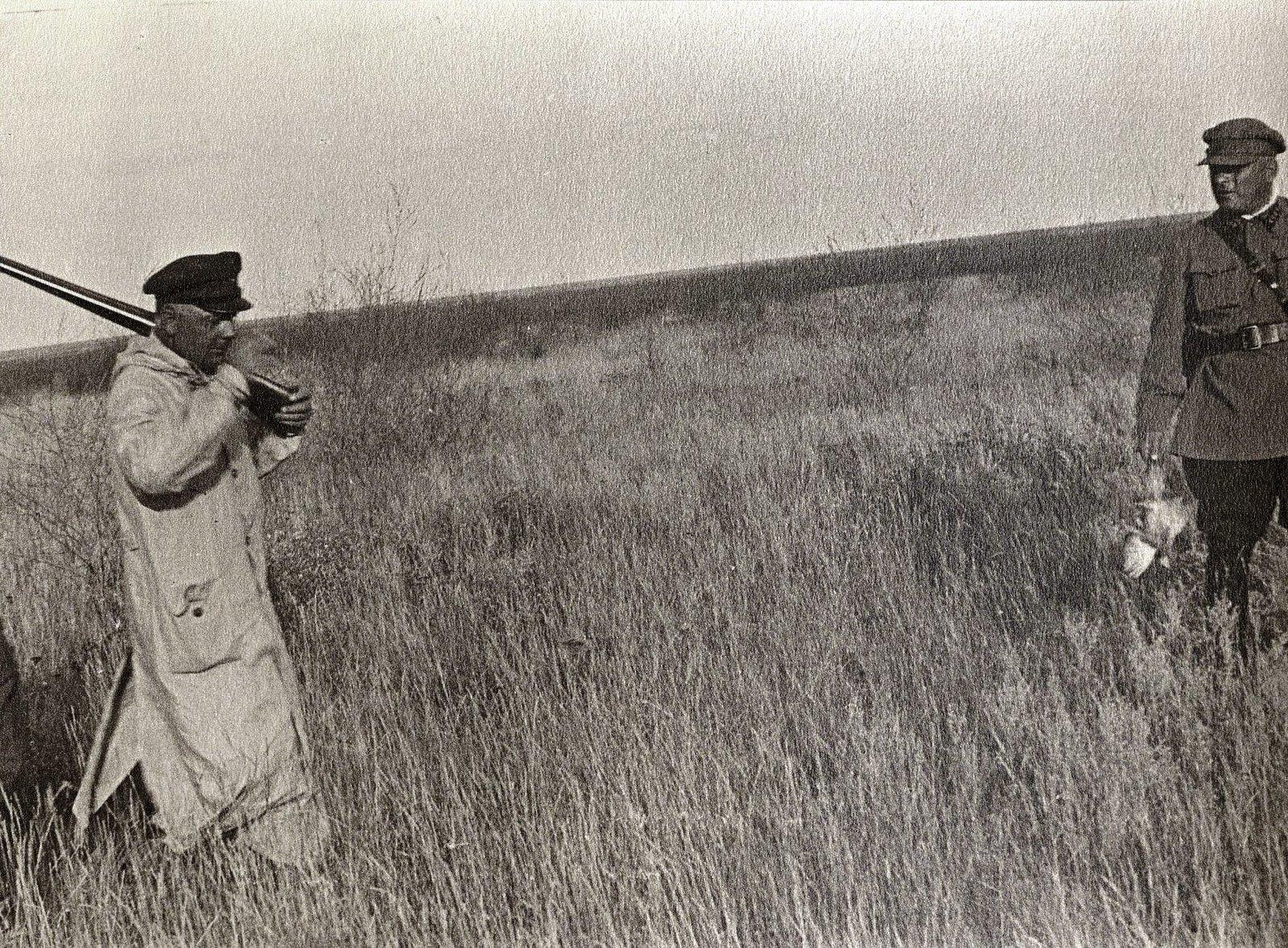 53. К.Е. Ворошилов, Н.С. Власик на охоте в Сальских степях. Август 1933