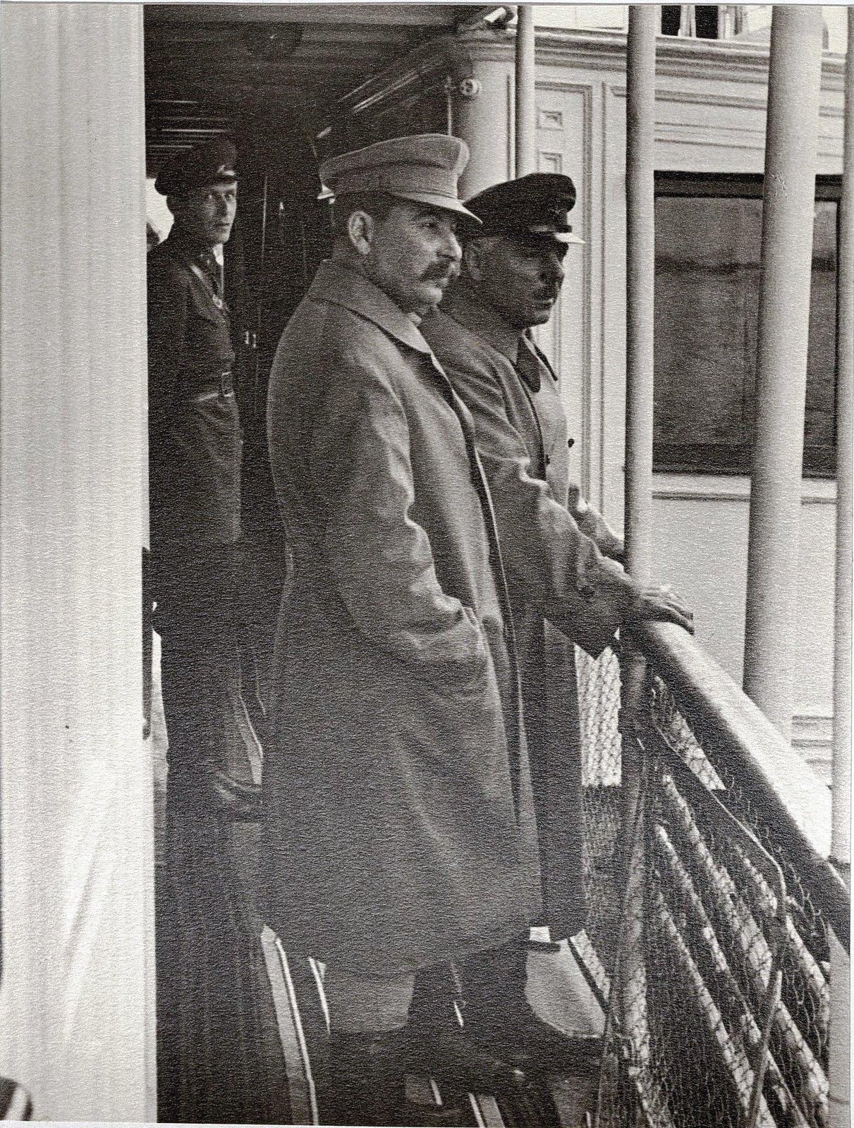 47. И.В. Сталин, К.Е. Ворошилов (сзади сотрудник охраны) на теплоходе Клара Цеткин. Август 1933