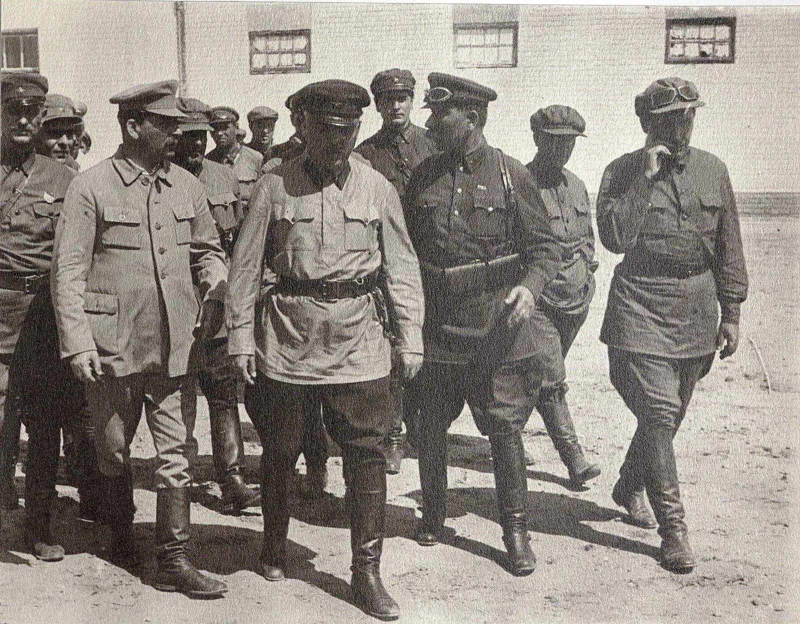 65. И.В. Сталин, К.Е. Ворошилов, С.М. Буденный с сотрудниками охраны во время посещения воинской части