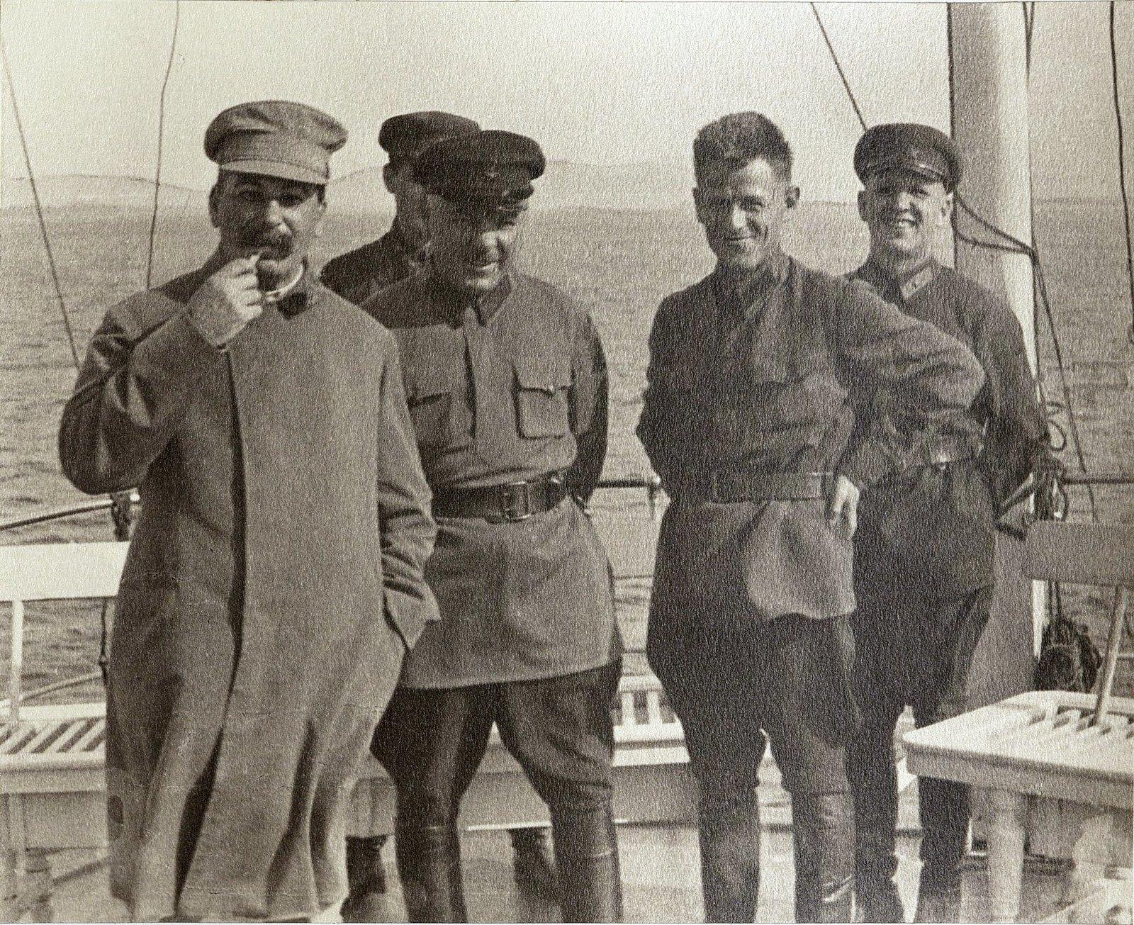 40. И.В. Сталин, К.Е. Ворошилов с сотрудниками охраны на теплоходе. Август 1933