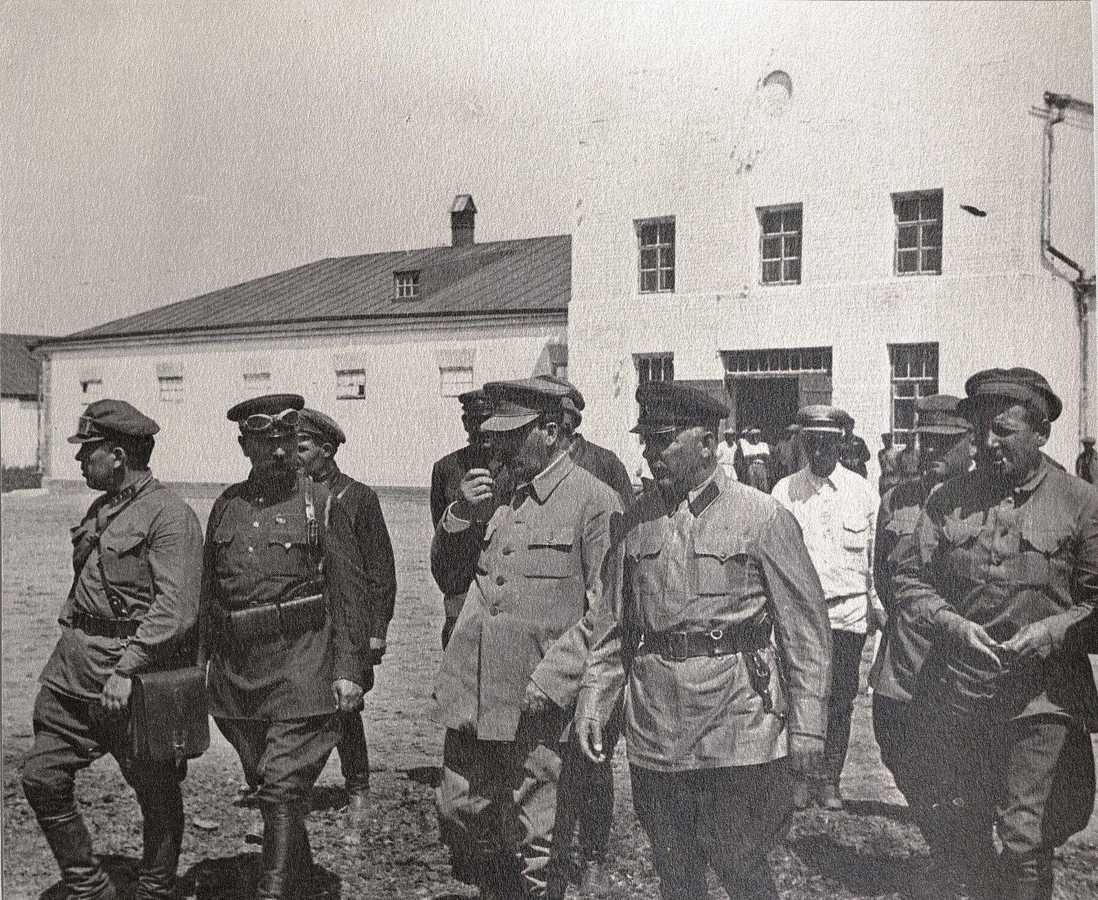 67. И.В. Сталин, К.Е. Ворошилов, С.М. Буденный с сотрудниками охраны во время посещения воинской части